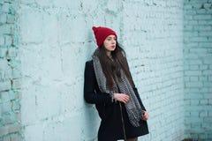 Muchacha hermosa joven con el sombrero rojo Imagenes de archivo