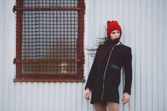 Muchacha hermosa joven con el sombrero rojo Foto de archivo