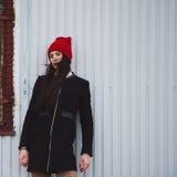 Muchacha hermosa joven con el sombrero rojo Fotos de archivo