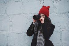 Muchacha hermosa joven con el sombrero rojo Fotografía de archivo