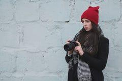 Muchacha hermosa joven con el sombrero rojo Fotografía de archivo libre de regalías