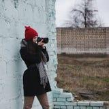 Muchacha hermosa joven con el sombrero rojo Foto de archivo libre de regalías