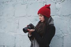 Muchacha hermosa joven con el sombrero rojo Imágenes de archivo libres de regalías