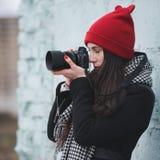Muchacha hermosa joven con el sombrero rojo Imagen de archivo
