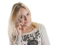 Muchacha hermosa joven con el teléfono popular Imagen de archivo libre de regalías