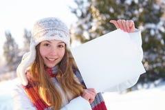 Muchacha hermosa joven con la bandera en blanco. Invierno. Fotos de archivo