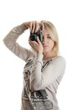Muchacha hermosa joven con la cámara del vintage imagenes de archivo