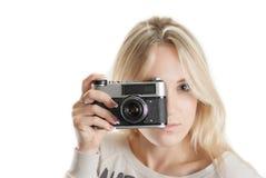 Muchacha hermosa joven con la cámara del vintage imágenes de archivo libres de regalías