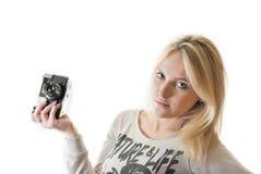Muchacha hermosa joven con la cámara del vintage fotografía de archivo