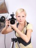 Muchacha hermosa joven con la cámara en estudio Fotos de archivo libres de regalías