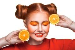 Muchacha hermosa joven con la naranja Foto de archivo libre de regalías