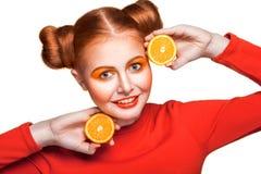 Muchacha hermosa joven con la naranja Fotos de archivo libres de regalías