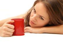 Muchacha hermosa joven con la taza roja Imagen de archivo libre de regalías