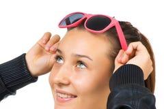 Muchacha hermosa joven con las gafas de sol Fotografía de archivo libre de regalías