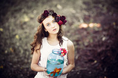 Muchacha hermosa joven con los pescados del oro Fotos de archivo