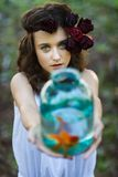 Muchacha hermosa joven con los pescados del oro Imagenes de archivo