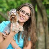 Muchacha hermosa joven con su perrito al aire libre Fotos de archivo