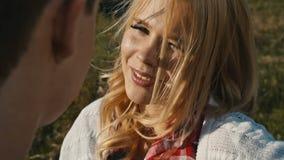 Muchacha hermosa joven con un amor de mirar a su novio metrajes