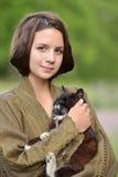 Muchacha hermosa joven con un gato Foto de archivo libre de regalías