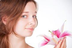 Muchacha hermosa joven con una flor Fotos de archivo libres de regalías
