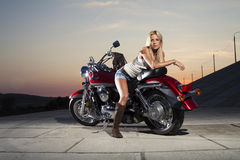 Muchacha hermosa joven con una motocicleta Imagen de archivo