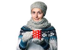 Muchacha hermosa joven con una taza en retrato del invierno de las manos en el fondo blanco, copyspace Fotos de archivo libres de regalías
