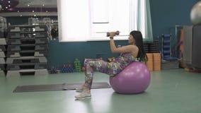 Muchacha hermosa joven de la aptitud que ejercita en el gimnasio almacen de metraje de vídeo