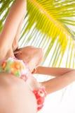 Muchacha hermosa joven de la foto del primer que se relaja en la playa El gasto sonriente de la mujer enfría la isla al aire libr Fotos de archivo libres de regalías