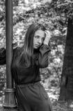 Muchacha hermosa joven del adolescente con el pelo largo que camina en el parque de Striysky en Lviv, presentando cerca de una lá Fotografía de archivo libre de regalías