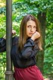 Muchacha hermosa joven del adolescente con el pelo largo que camina en el parque de Striysky en Lviv, presentando cerca de una lá Foto de archivo