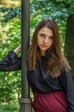 Muchacha hermosa joven del adolescente con el pelo largo que camina en el parque de Striysky en Lviv, presentando cerca de una lá Imagenes de archivo