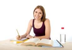 Muchacha hermosa joven del estudiante universitario que estudia confiado y positivo felices Fotografía de archivo