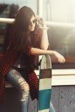 Muchacha hermosa joven del inconformista con el monopatín Foto de archivo libre de regalías