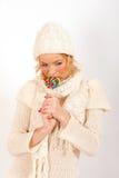 Muchacha hermosa joven del invierno con el caramelo del lollipop Foto de archivo