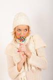Muchacha hermosa joven del invierno con el caramelo del lollipop Fotos de archivo