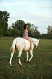 Muchacha hermosa joven del país con el caballo Imagen de archivo