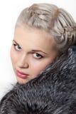 Muchacha hermosa joven del retrato en abrigo de pieles Foto de archivo