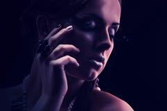 Muchacha hermosa joven desnuda con un collar coralino Imagen de archivo libre de regalías