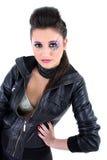 Muchacha hermosa joven en chaqueta de cuero negra Fotos de archivo