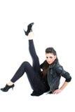 Muchacha hermosa joven en chaqueta de cuero negra Imagen de archivo