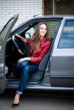 Muchacha hermosa joven en coche. Mujer sonriente feliz. Foto de archivo