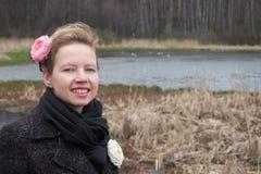 Muchacha hermosa joven en el banco del río en los bosques secos Imagenes de archivo