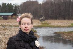 Muchacha hermosa joven en el banco del río en los bosques secos Imagen de archivo