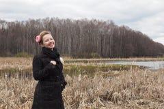 Muchacha hermosa joven en el banco del río en los bosques secos Imágenes de archivo libres de regalías