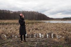 Muchacha hermosa joven en el banco del río en los bosques secos Fotos de archivo