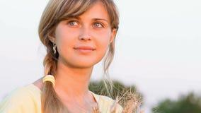 Muchacha hermosa joven en el campo Foto de archivo