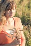 Muchacha hermosa joven en el campo con los oídos en la mano Foto de archivo