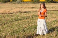 Muchacha hermosa joven en el campo con los oídos en la mano Imagenes de archivo