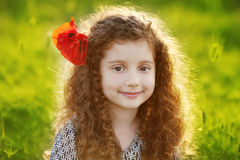 Muchacha hermosa joven en el campo de hierba verde en la puesta del sol outdoor Fotos de archivo