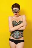 Muchacha hermosa joven en el punky de cuero de la ropa Imagenes de archivo